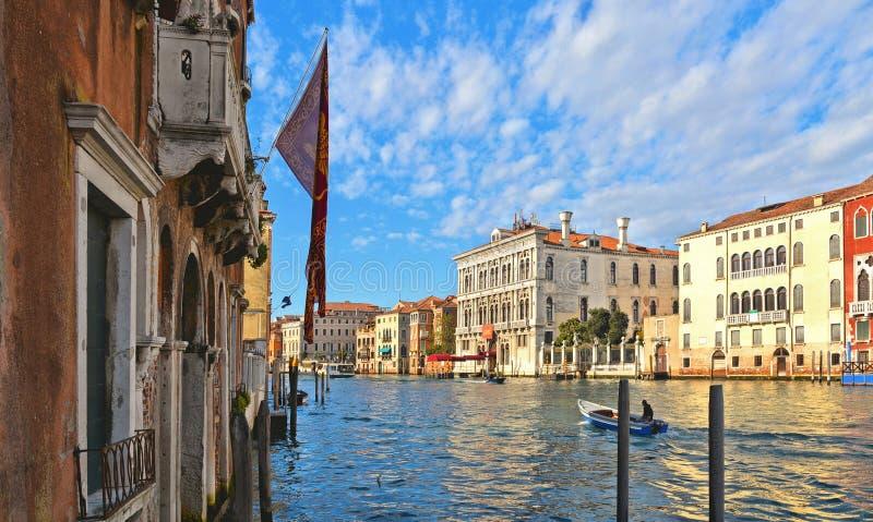 przelotne spojrzenie Wenecja z Kanałowy Grande z gondoli łodziami, historycznymi kolorowymi fasadowymi budynkami, okno i architec zdjęcie stock