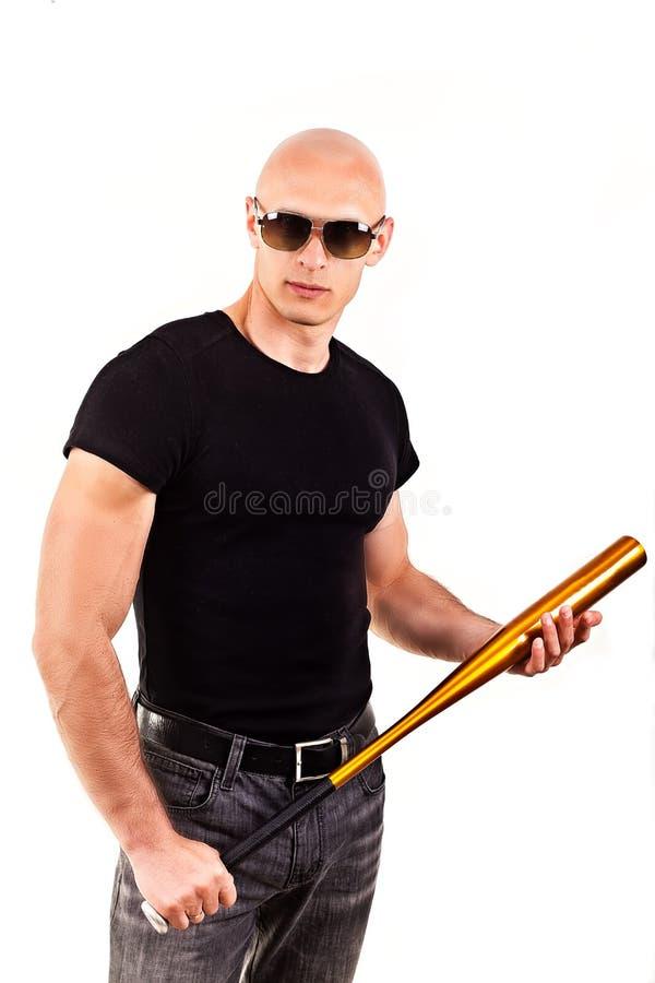 Przemoc i agresi pojęcie - wściekły krzyczący gniewny mężczyzna ręki mienia baseballa sporta nietoperz obrazy stock