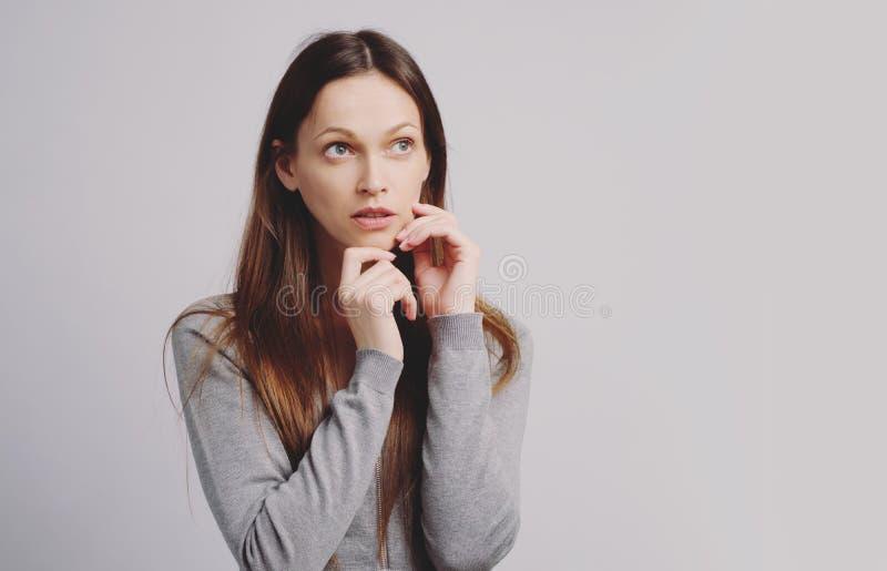 PrzemyÅ›lana Å'adna dziewczyna patrzy w górÄ™. Izolowany zdjęcie royalty free