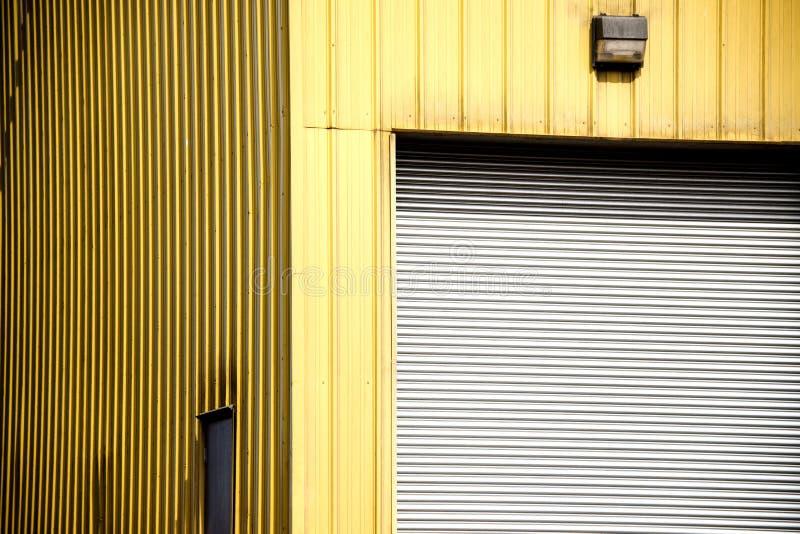 Przemysłowy budynek z garażu drzwi obrazy royalty free