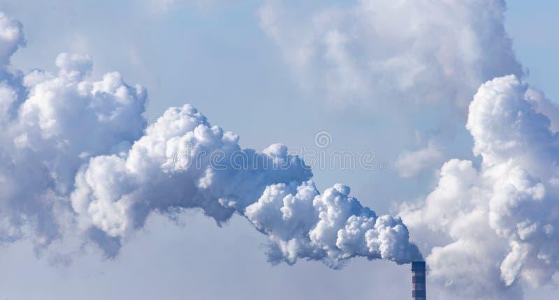 Przemysłowy dym przeciw niebu zdjęcie royalty free
