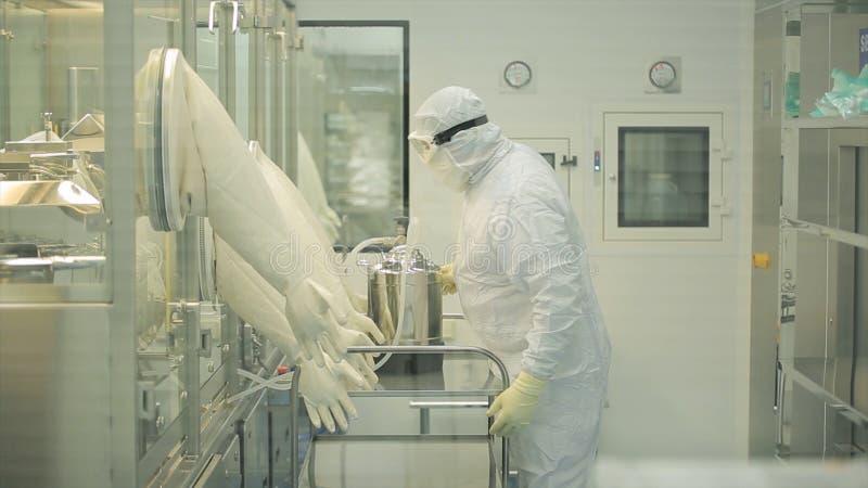 Przemysł Farmaceutyczny Męski pracownik fabryczny sprawdza ilość pigułki pakuje w farmaceutycznej fabryce automatycznie obrazy stock