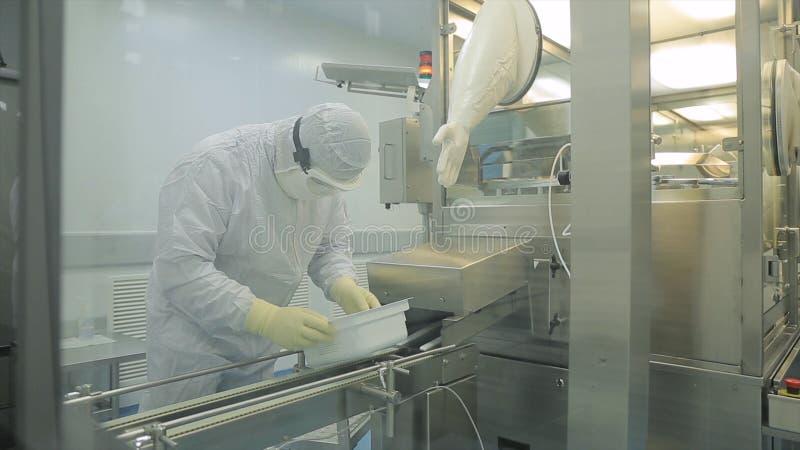 Przemysł Farmaceutyczny Męski pracownik fabryczny sprawdza ilość pigułki pakuje w farmaceutycznej fabryce automatycznie obraz stock