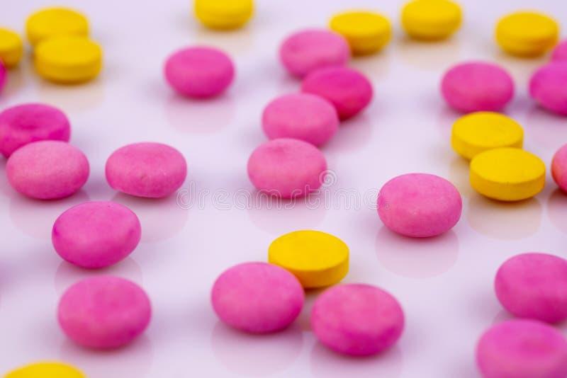 Przemysł farmaceutyczny narkotyzuje pigułek witaminy zdjęcie royalty free