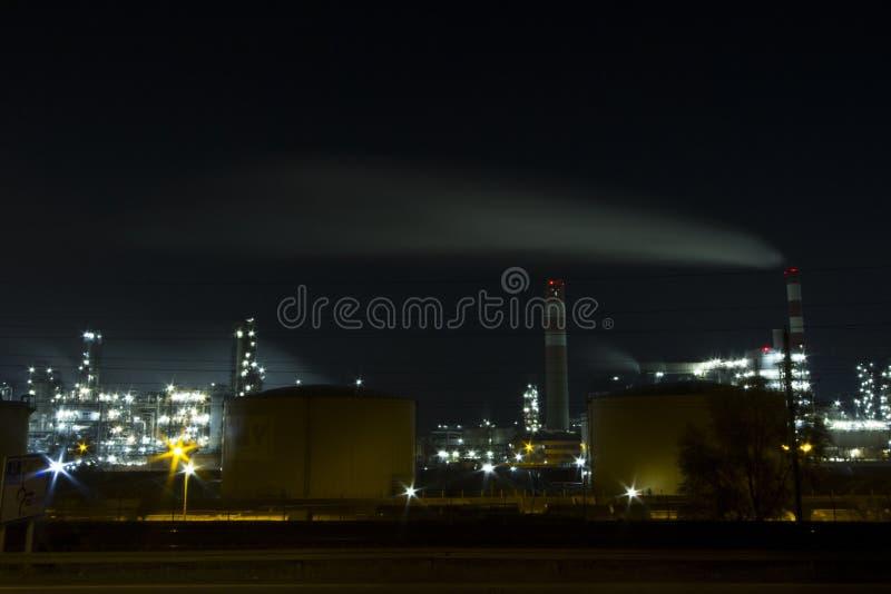 PRZEMYSŁ PALIWOWY rafinerii benzyny fabryka W nocy świetle austria Vienna zdjęcie stock