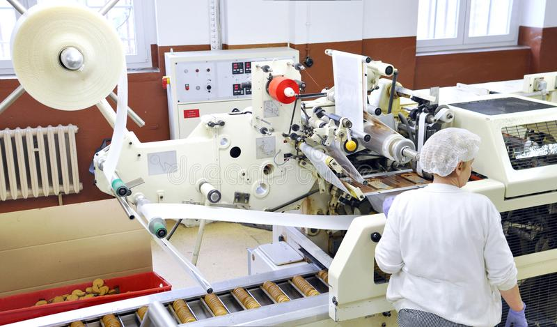 Przemysł spożywczy - biskwitowa produkcja w fabryce na konwejerze był zdjęcie royalty free