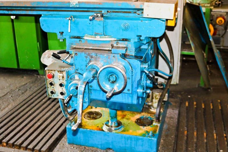 Przemysłowa żelazna tokarka dla ciąć, obracać sztabki od metali, drewna i innych materiałów, kręcenie, fabrykować szczegóły fotografia stock