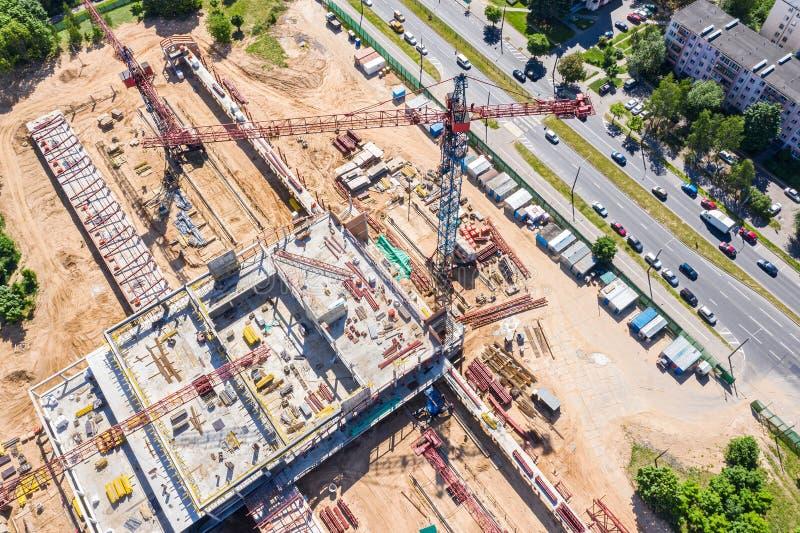 Przemysłowa basztowego żurawia trwanie wysokość przy miasto budową widok z lotu ptaka zdjęcie stock