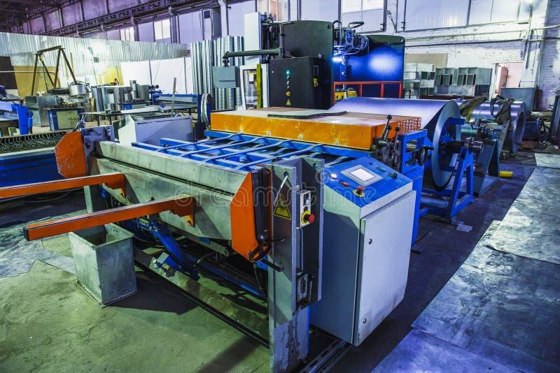 Przemysłowa fabryka z wyposażeń narzędziami w wielkim warsztacie lub magazynie, przemysłowy tło obraz royalty free