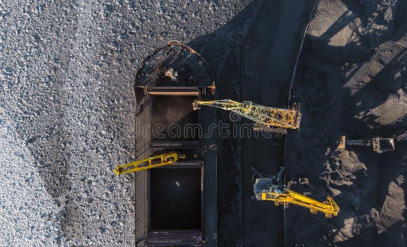 Przemysłowa fotografia, Ładuje coalmining w portowym statku z żurawiem Powietrzny odg?rny widok zdjęcia royalty free