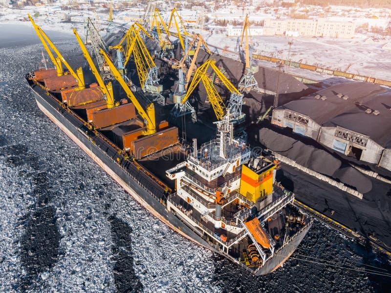 Przemysłowa fotografia, Ładuje coalmining w portowym statku z żurawiem Powietrzny odg?rny widok fotografia stock