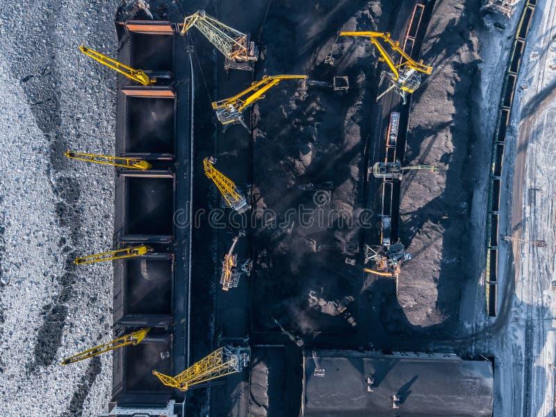 Przemysłowa fotografia, Ładuje coalmining w portowym statku z żurawiem Powietrzny odg?rny widok zdjęcie royalty free