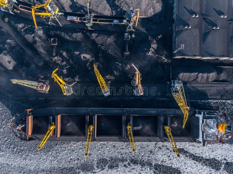 Przemysłowa fotografia, Ładuje coalmining w portowym statku z żurawiem Powietrzny odg?rny widok obrazy stock