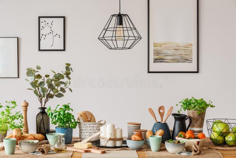 Przemysłowa lampa nad łomotać stół fotografia stock