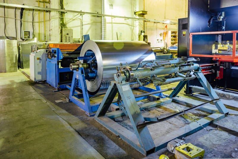 Przemysłowa metalu prześcieradła zwitka dla metal szkotowej tworzy maszyny w warsztacie obraz stock
