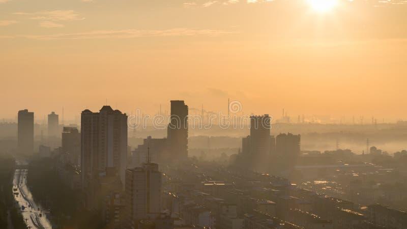 Przemysłowa miasto linia horyzontu w ranku zdjęcie royalty free