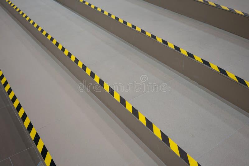 Przemysłowa pasiasta droga lub kroka ostrzeżenie na popielatym przejściu obrazy royalty free