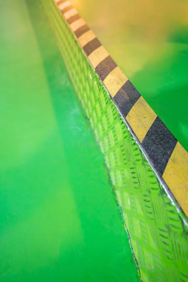 Przemysłowa pasiasta droga lub kroka ostrzeżenie na zielonym przejściu zdjęcie royalty free