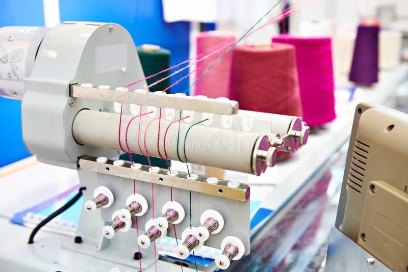 Przemysłowa szwalna maszyna w tekstylnej fabryce fotografia stock