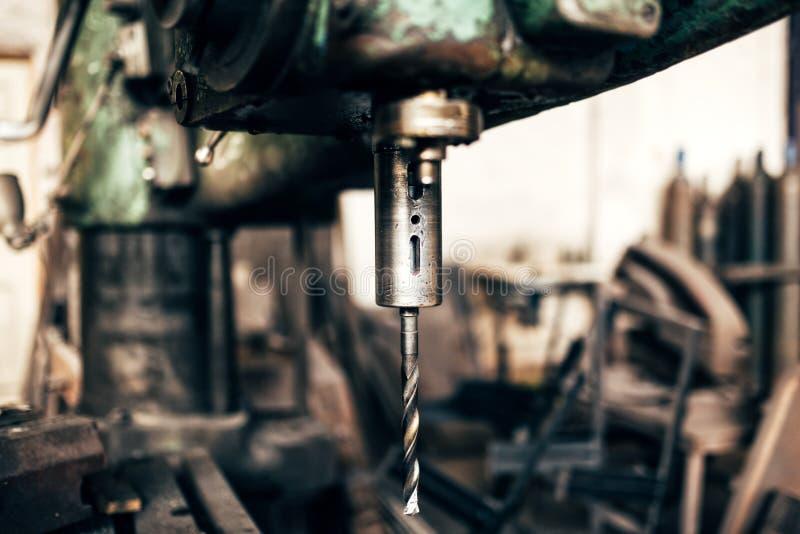 Przemysłowa tokarka, cnc metalu mielenia maszyna w fabryce obrazy stock
