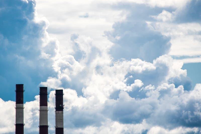 Przemysłowe cegieł drymby i ampuły przestrzeń z niebem obraz royalty free