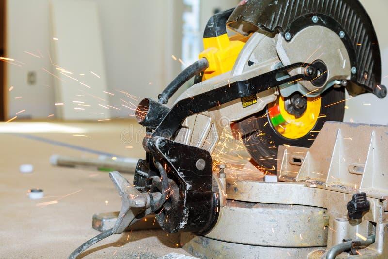 Przemysłowego pracownika rozcięcie i spawu metal z wiele ostrymi iskrami obrazy stock