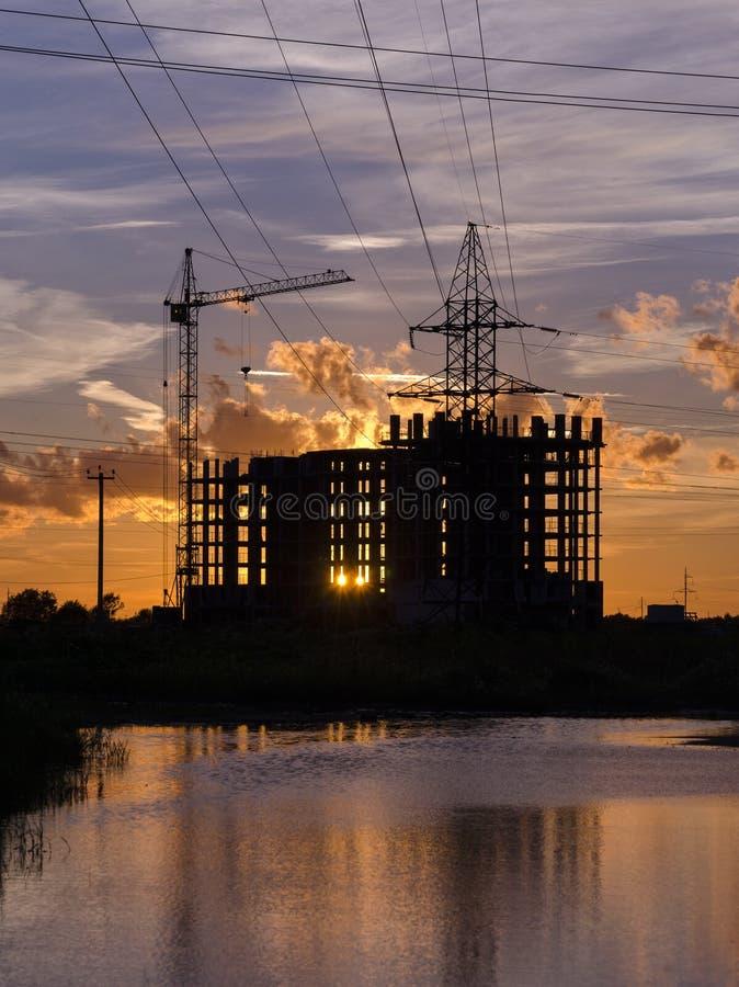 Przemysłowi budowa żurawie i budynek sylwetki obraz stock