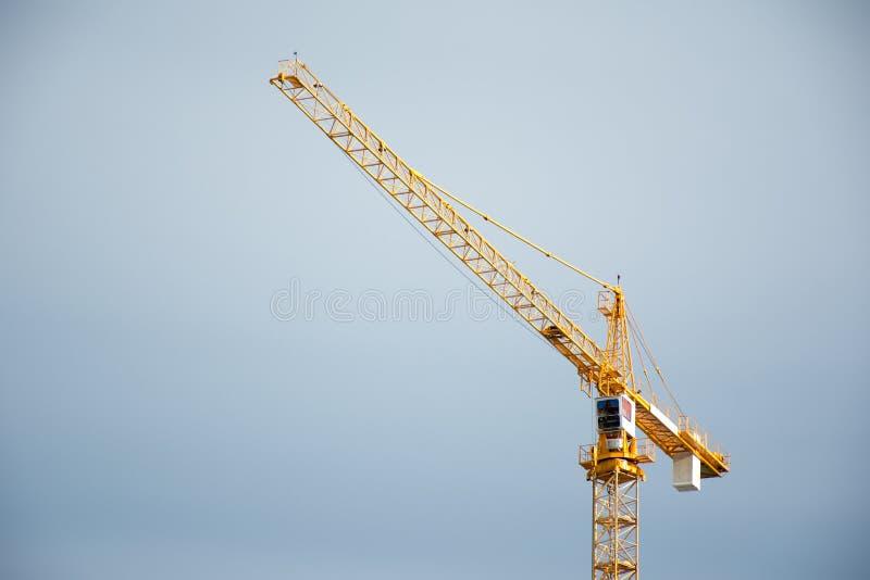 Przemysłowi budowa żurawie na niebieskiego nieba tle zdjęcia stock