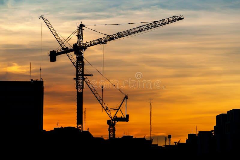 Przemysłowi budowa żurawie przy zmierzchem zdjęcie stock