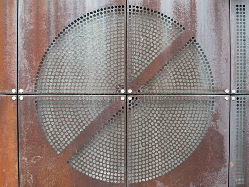 Przemysłowi ośniedziali metali talerze z round dziurkowali kółkowego siatka wzór fotografia stock