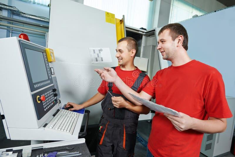Przemysłowi pracownicy przy narzędziowym warsztatem zdjęcia royalty free