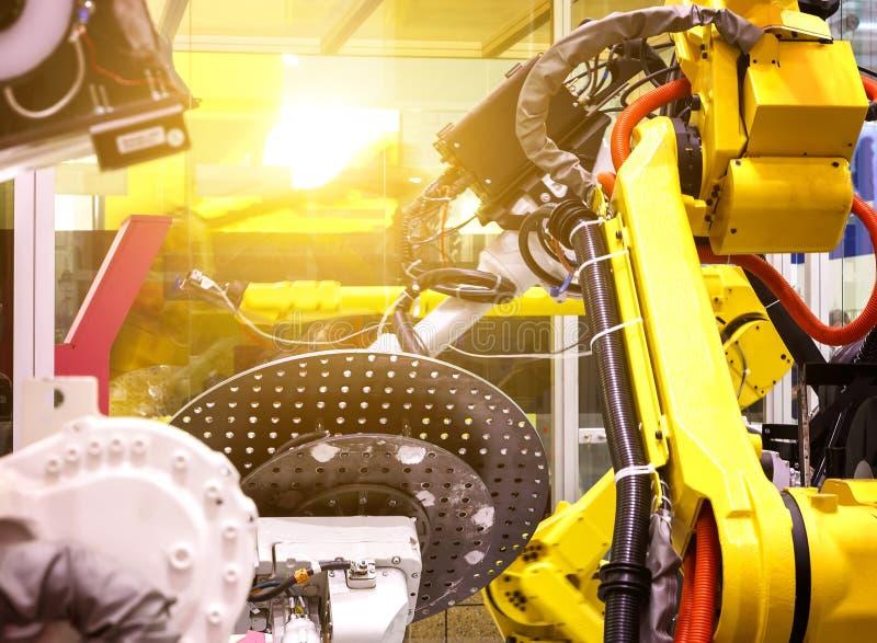 Przemysłowi roboty w linia produkcyjna wytwórcy fabrycznych Przemysłowych robotach w ruchu głębia pole plama obrazy stock