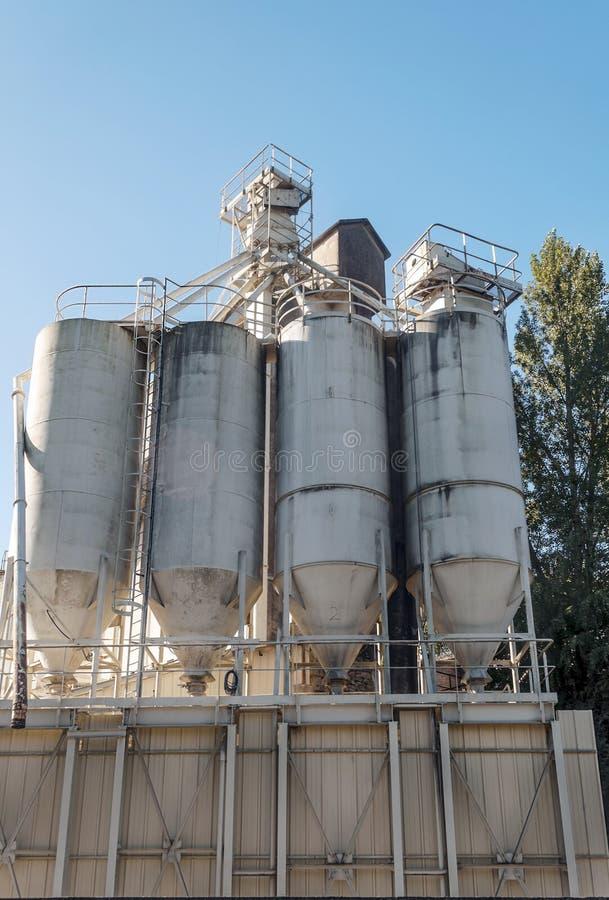Przemysłowi zbiorniki w fabryce zdjęcie royalty free