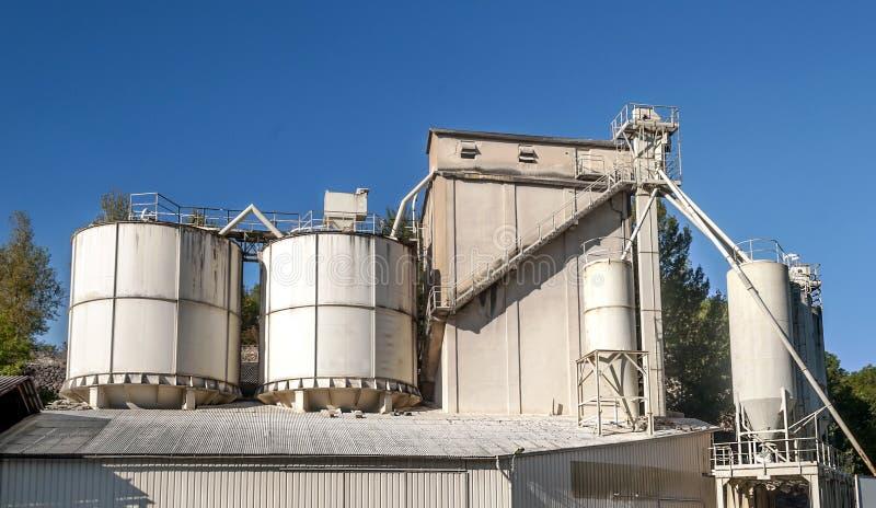 Przemysłowi zbiorniki w fabryce fotografia stock