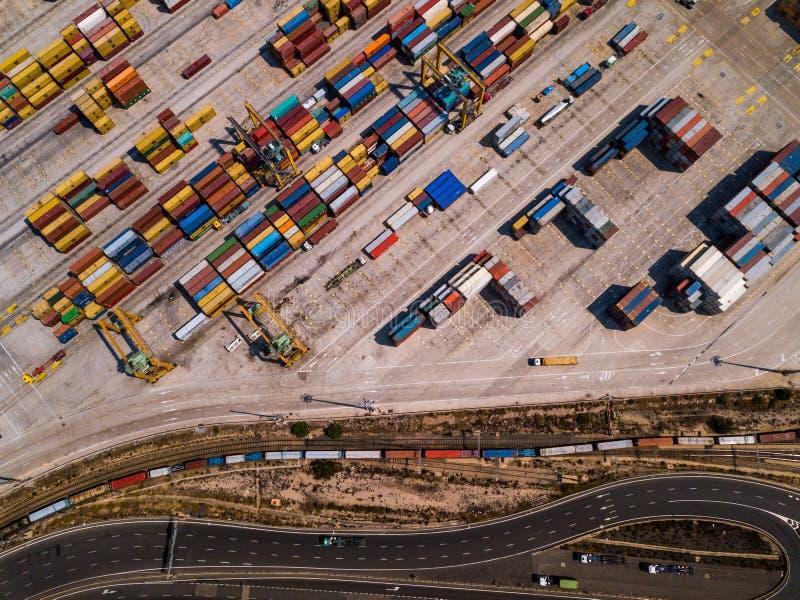 Przemysłowy ładunku teren z zbiornika statkiem w doku przy portem, widok z lotu ptaka zdjęcia royalty free