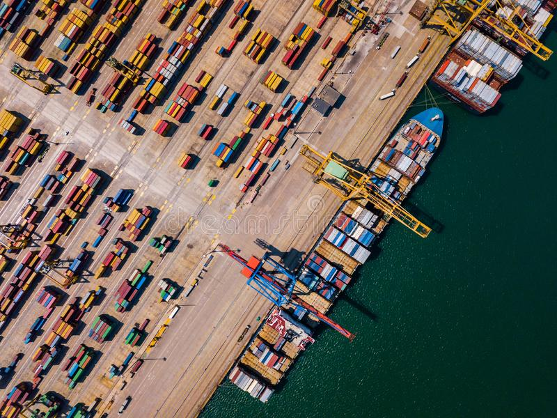 Przemysłowy ładunku teren z zbiornika statkiem w doku przy portem, widok z lotu ptaka obrazy stock