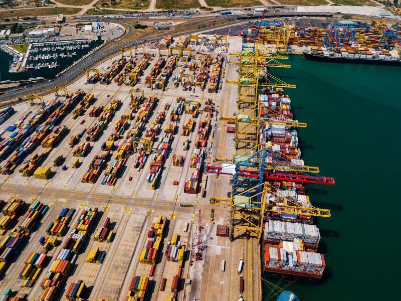 Przemysłowy ładunku teren z zbiornika statkiem w doku przy portem, widok z lotu ptaka obraz royalty free