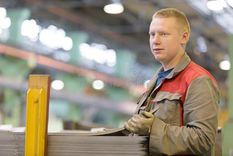 Przemysłowy żeński pracownik na manufaktura warsztata tle zdjęcia royalty free