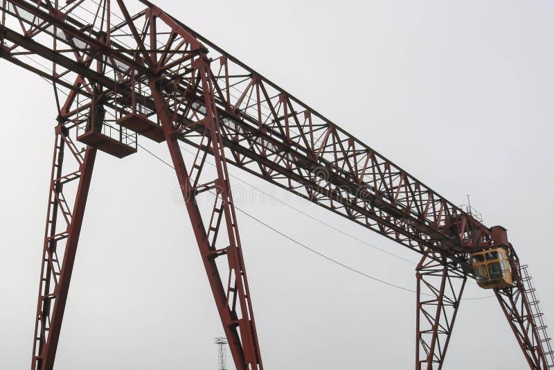Przemysłowy żelazny wielki metalu kętnara żuraw z haczykiem wspinał się na poparciach dla podnosić ciężkiego ładunek i nieść obraz royalty free