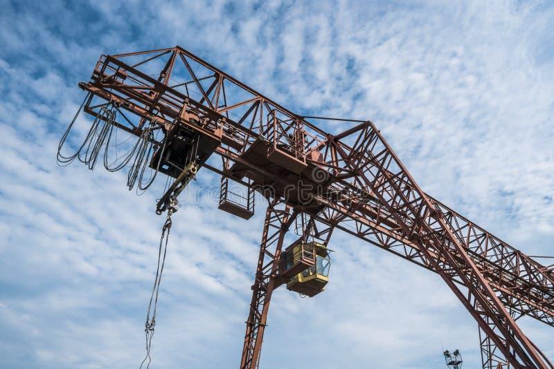 Przemysłowy żuraw dla ruszać się ciężkiego ładunek w porcie obraz royalty free