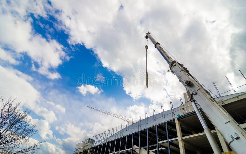 Przemysłowy żuraw przy budową obrazy royalty free