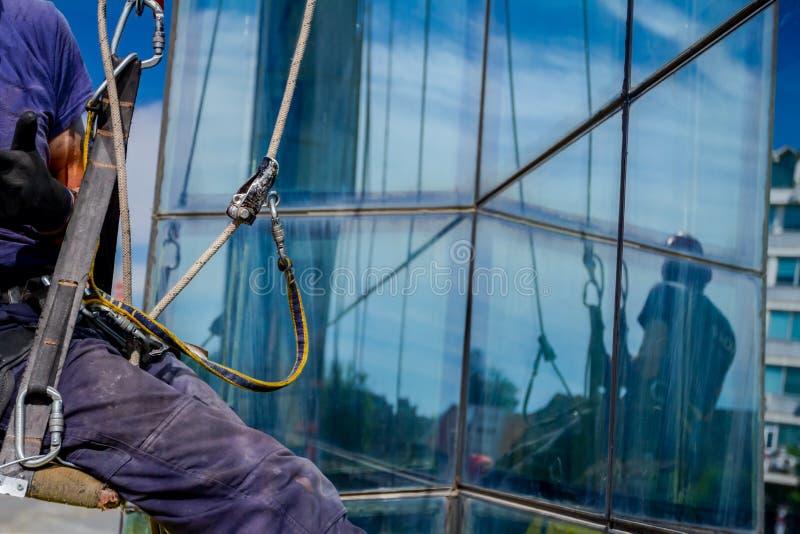 Przemysłowy arywista przy pracą, czyści fasada nowożytny biurowy b fotografia royalty free
