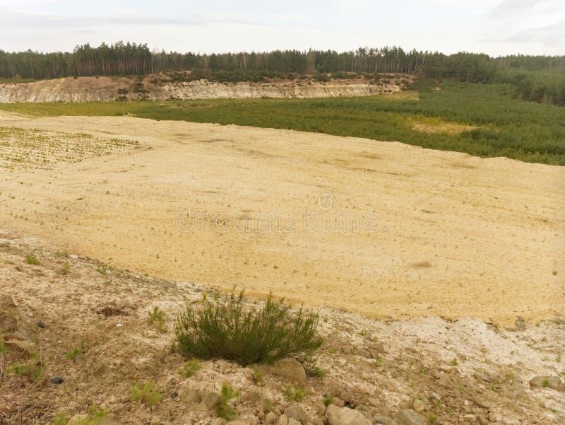 Przemysłowy biały piaska łup, piasek jama Przywrócenie część minujący łup, zdjęcie stock