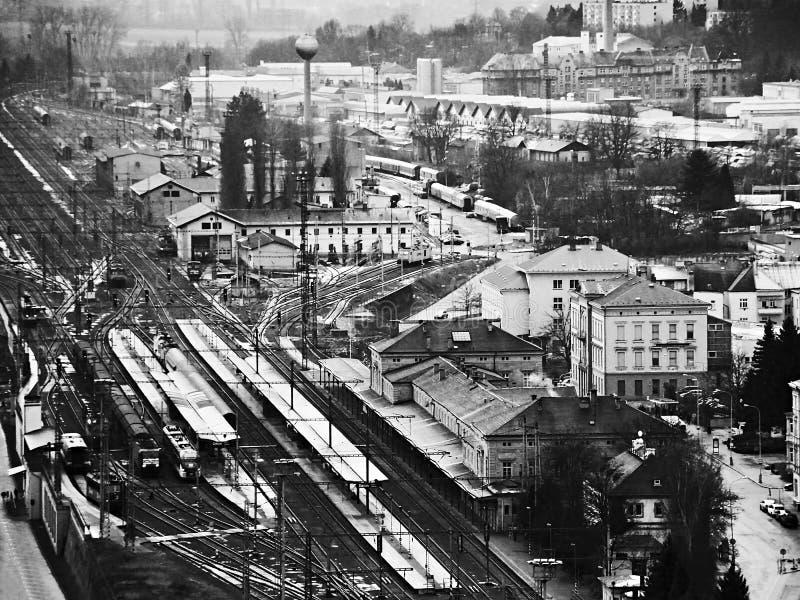Przemysłowy blok miasto z taborową główną stacją przeglądać od Pastyrska stena perspektywy w Decin mieście w Grudniu 2017 obrazy royalty free