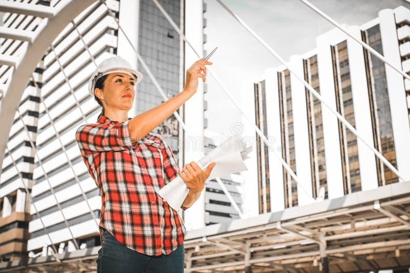 Przemysłowy budowa inżyniera odzieży zbawczego hełma inżynierii działanie i rysunki wizytacyjni na budować outside fotografia stock
