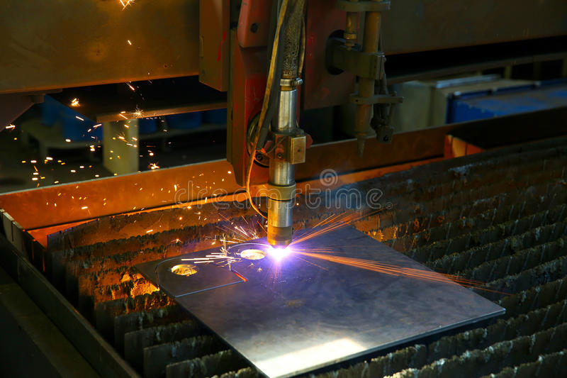Przemysłowy cnc osocza rozcięcie metalu talerz Iskry latają Closeu obrazy royalty free