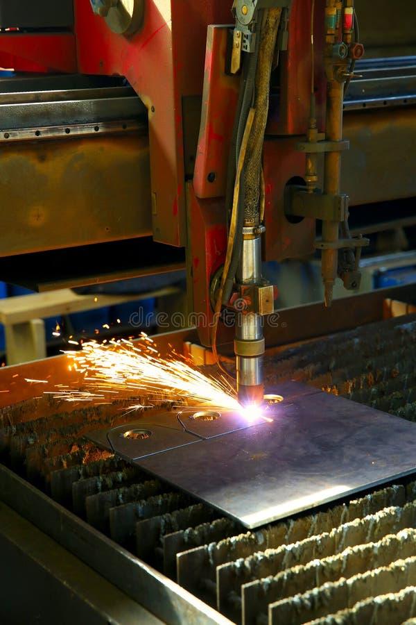Przemysłowy cnc osocza rozcięcie metalu talerz zbliżenie fotografia royalty free