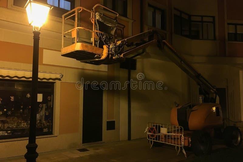 Przemysłowy dźwignięcie w wieczór blisko latarni ulicznej zdjęcia stock