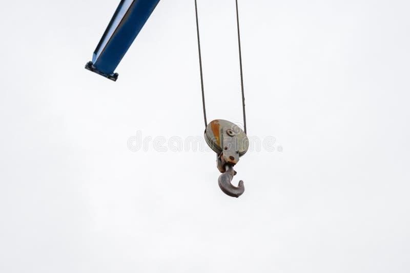 Przemysłowy dźwigowy haczyk przeciw niebu zdjęcia royalty free