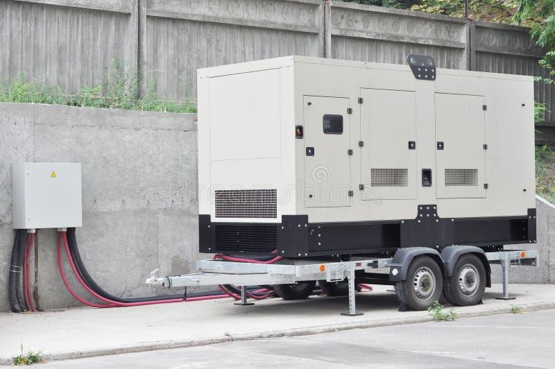 Przemysłowy Dieslowski generator Rezerwowy generator Przemysłowy Dieslowski generator dla budynku biurowego łączył pulpit operato zdjęcia royalty free